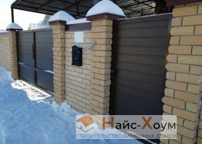 Сплошной кирпичный забор с встроенным гаражом