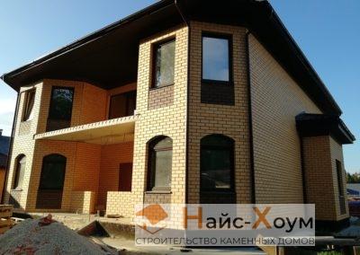 Кирпичный двухэтажный дом