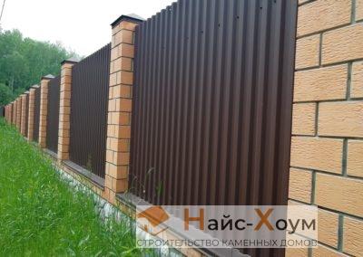 Комбинированный забор из двойного кирпича