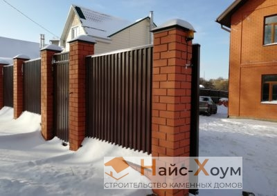 Комбинированный кирпичный забор с автоматическими воротами