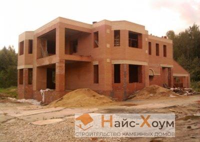 Двухэтажный кирпичный загородный дом с пристроенным гаражом