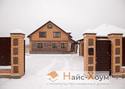 Кирпичный двухэтажный дом с открытой террасой